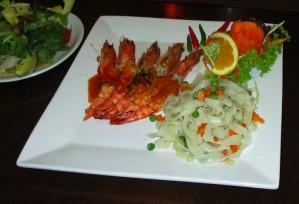Restaurant-Speisekarte: Gegrillte Garnelen mit Nudeln