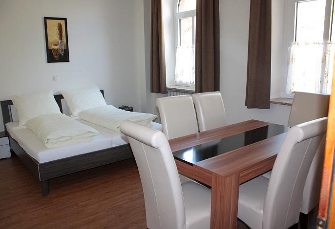 Ferienwohnung EG: Wohn- & Schlafbereich