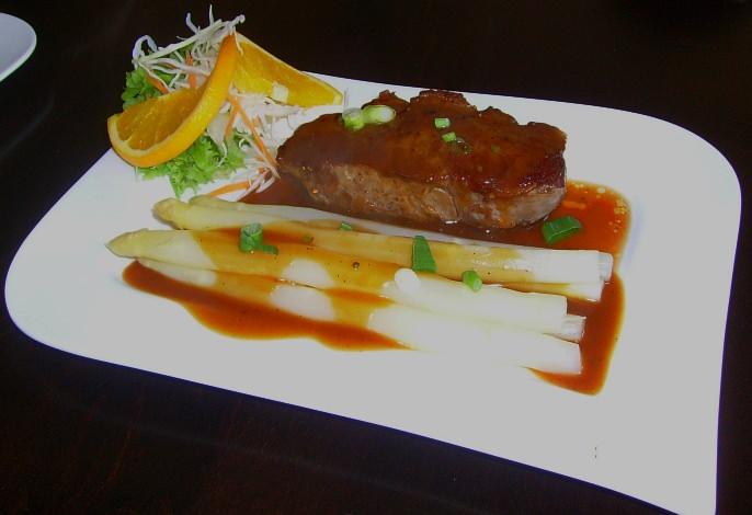 Restaurant- Speisekarte: Rumpsteak mit Pfefferrahmsoße und Spargel (Spargelsaison)