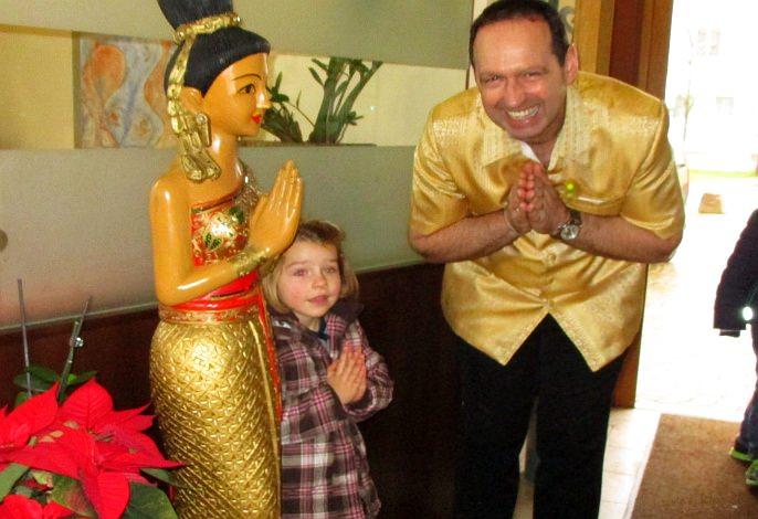 Restaurant: Thai-Empfangsdame mit Azubi & Wirt | Thai Tawan - Thailändische Gerichte für die Urlaubsregion Europa-Park Rust