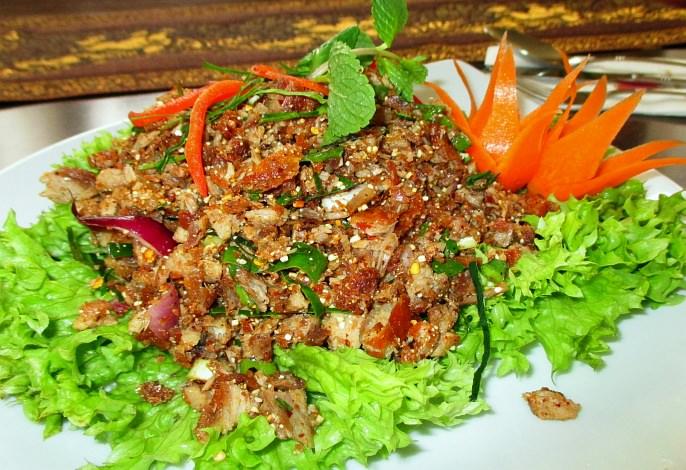 Restaurant-Speisekarte: Rindfleischsalat mit frischen thailändischen Kräutern (Yam Nua)