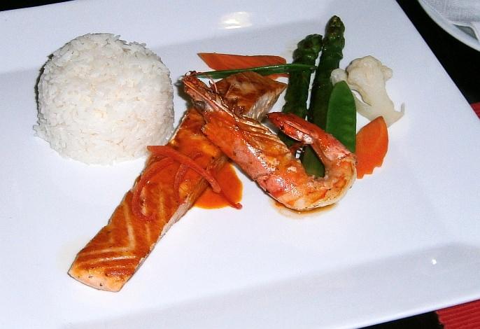 Restaurant-Speisekarte: Lachsfilet mit Garnele & grünem Spargel