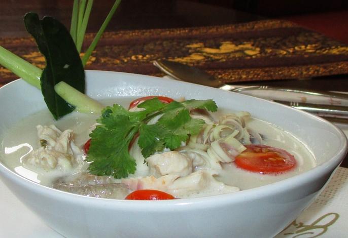 Restaurant-Speisekarte: Hähnchensuppe mit Kokosmilch, pikant (Tom Kha Gai)